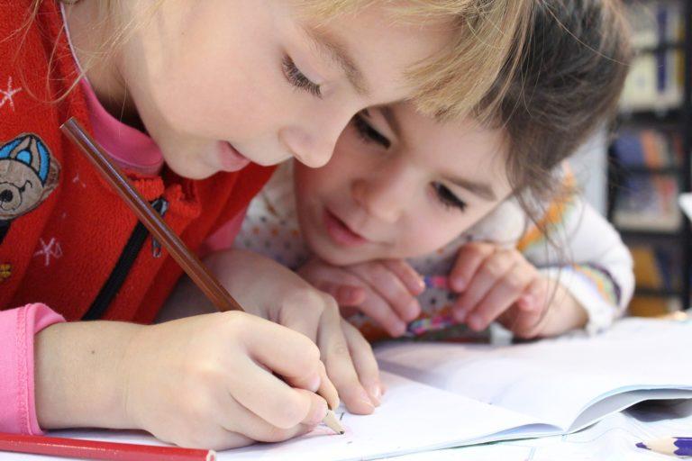 Enfants qui écrient dans une école montessori