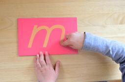lettre rugueuse pédagogie montessori
