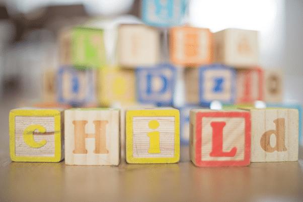 Cube en bois de couleur avec des lettres, pédagogie montessori