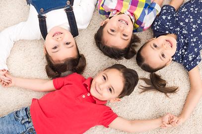 enfants allongés sur tapis