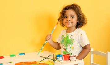 Activité artistique peinture couleurs enfant Montessori