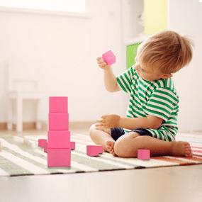 Enfant qui developpe sa motricité fine avec la pédagogie Montessori