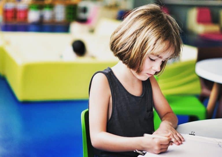 Enfant qui effectue un exercie dans une école montessori