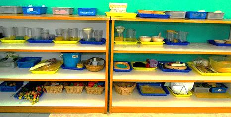 Matériel montessori, rangement montessori, rangement classe montessori, matériel de transvasement, matériel de vie pratique